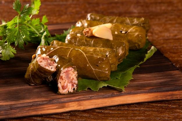 Arabisch eten. smakelijke koolbroodjes op houten achtergrond