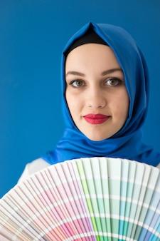 Arabisch moslimmeisje met het schilderen van kleurenpatronen