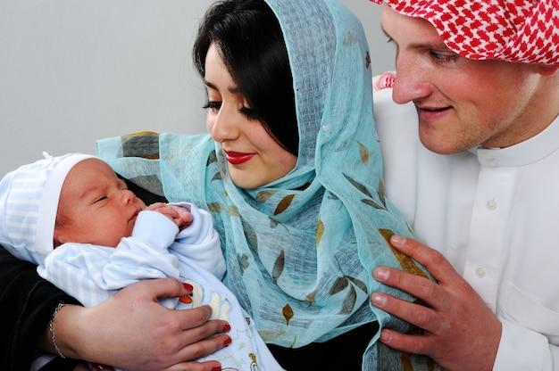 Arabisch moslimpaar met nieuwe baby thuis
