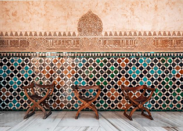 Arabisch mozaïek met stoelen in het alhambra in granada
