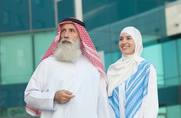 Arabisch paar dat en zich op straatachtergrond glimlacht bevindt