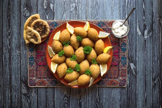 Arabisch vleesvoorgerecht kibbeh. traditionele arabische kibbeh met lam en pijnboompitten.