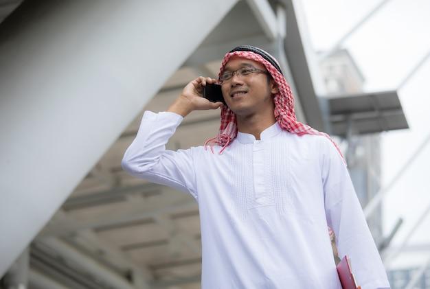 Arabische arabische zakenman die op mobiele telefoon spreekt