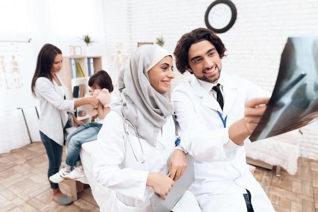 Arabische artsen kijken naar een röntgenfoto.