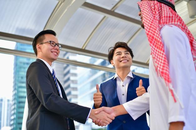 Arabische bedrijfsconcepten, arabische zakenmensen werken in het zakelijke district.