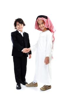 Arabische en blanke kleine zakenlieden schudden de hand