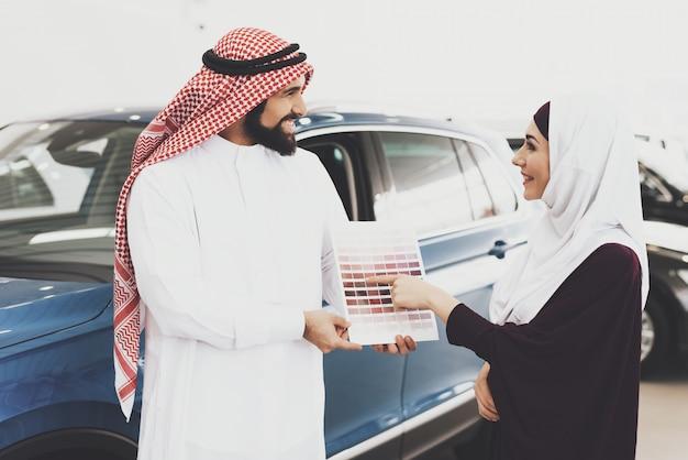 Arabische familie mensen kiezen auto-interieur kleur.