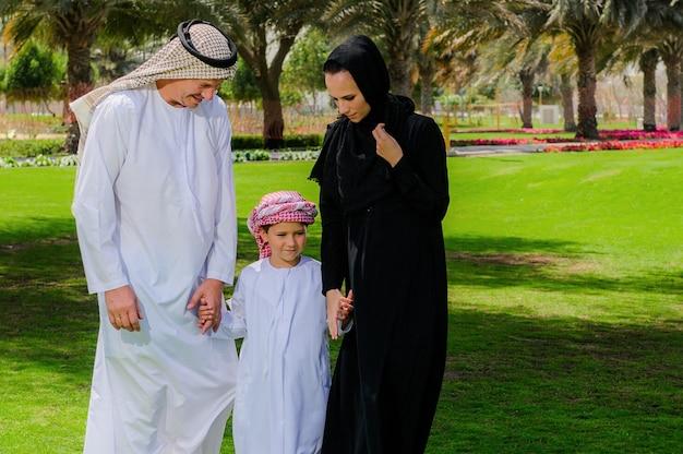 Arabische familie op groene weide in de natuur