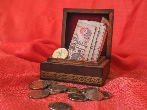 Arabische geld dirham bankbiljetten en munten. het geld in de doos.