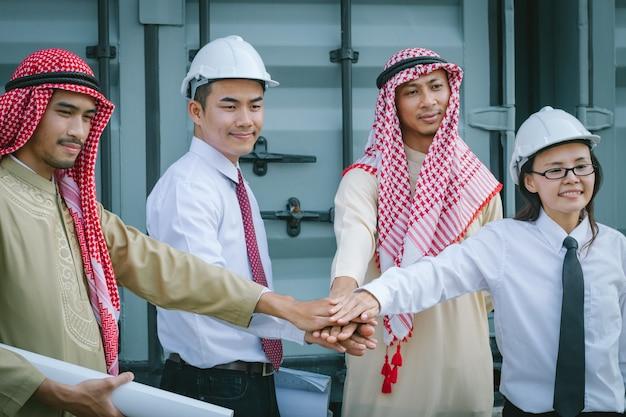 Arabische ingenieur die rapport van vel papier controleert