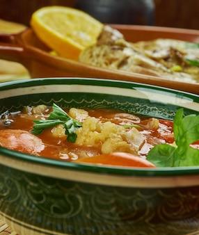 Arabische keuken - shurba omani, omaanse groentesoep, traditionele geassorteerde gerechten, bovenaanzicht.