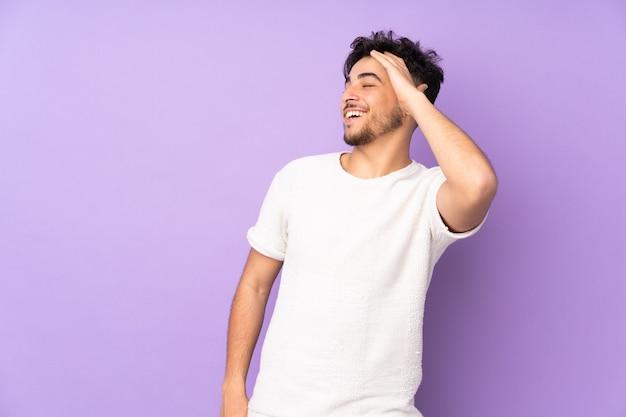 Arabische knappe man over geïsoleerde muur die veel glimlacht