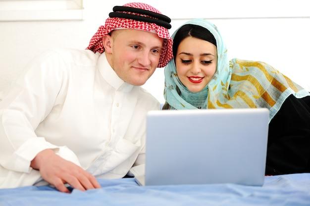 Arabische man en vrouw met laptop