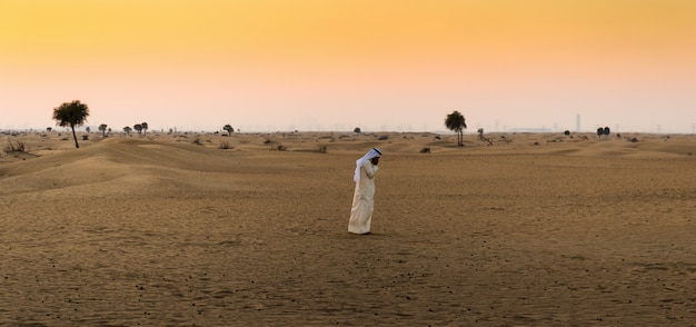 Arabische man in de woestijn
