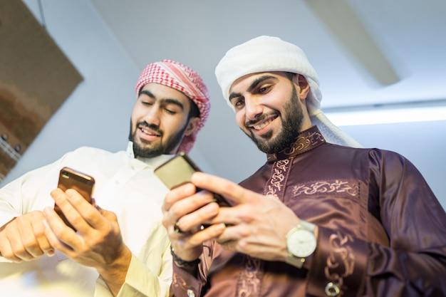 Arabische man met slimme telefoon