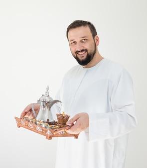 Arabische man met traditionele koffie voor gastvrijheid