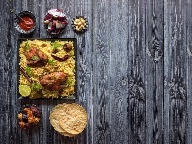 Arabische mandi rijst. jemenitische stijl. feestelijk gerecht met gebakken kip en rijst. bovenaanzicht, kopieer ruimte