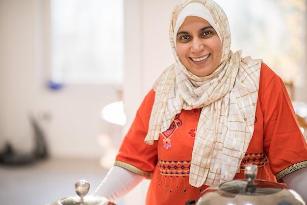 Arabische mooie huisvrouw die een lunch in keuken maakt