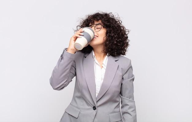 Arabische mooie vrouw met een afhaalkoffie.