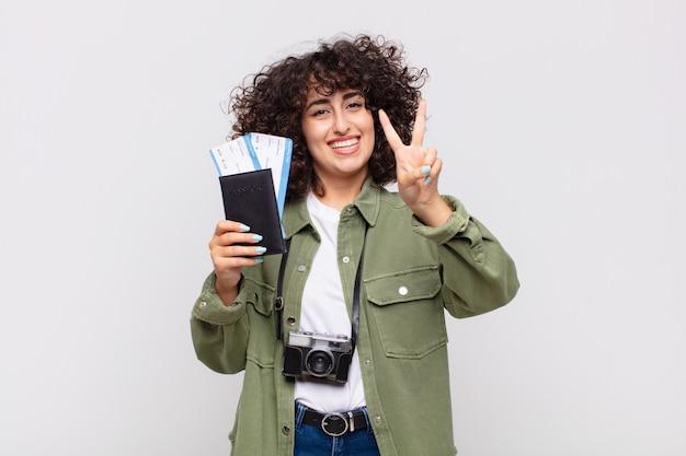 Arabische mooie vrouw met een vliegtuig en instapkaartjes. reis concept