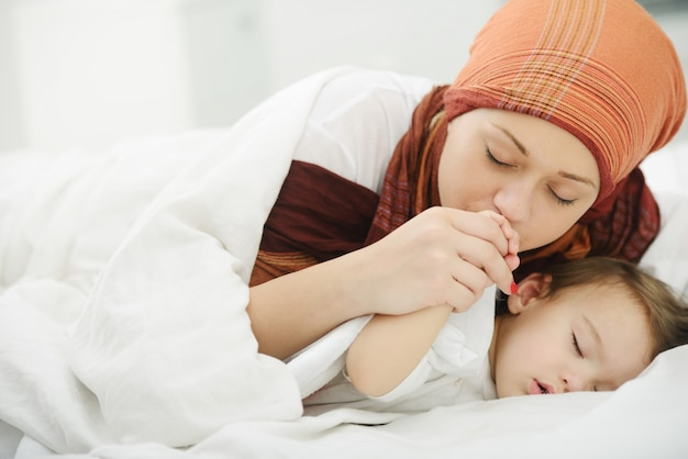 Arabische moslimmoeder speelt en zorgt voor haar baby