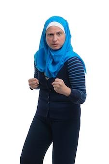 Arabische moslimvrouw in een uitdagingssituatie