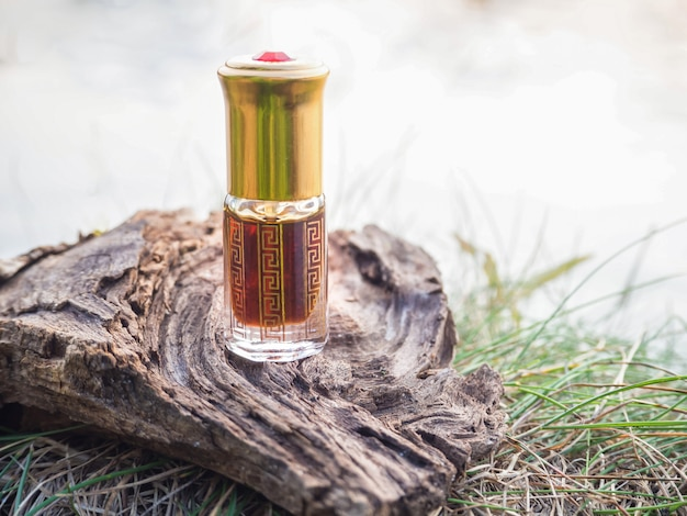 Arabische oud attar parfum of agarwood olie geuren in mini flesje.