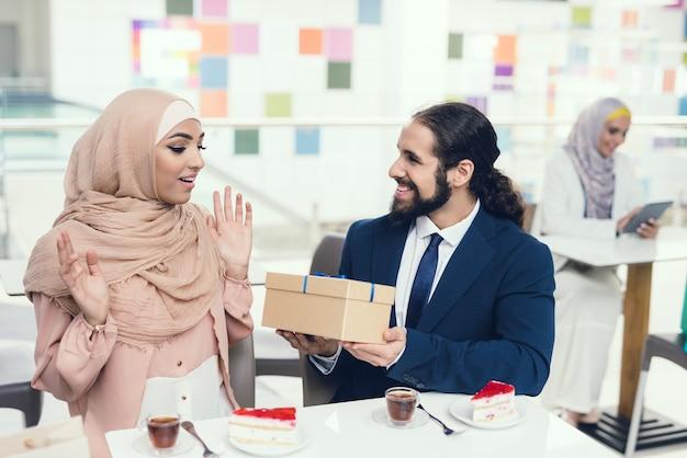 Arabische paarzitting in koffie na het winkelen.