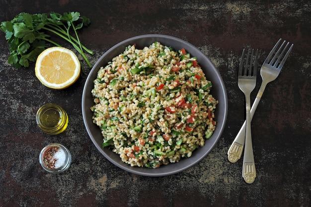 Arabische salade tabouleh in een kom.
