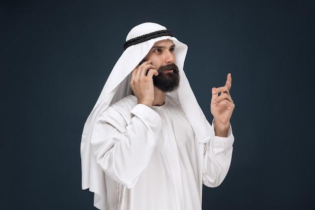 Arabische saoedische man op donkerblauw