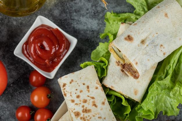Arabische shaurma van het straatvoedsel in lavash met ketchup