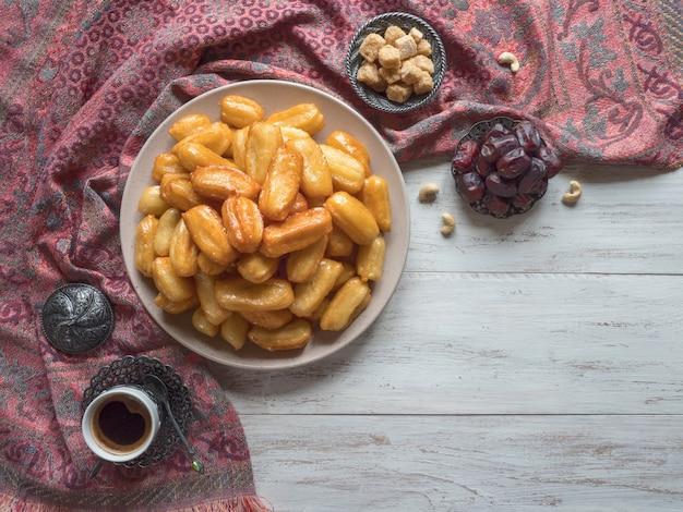 Arabische snoepviering eid ramadan. tulumba- arabische siroop doordrenkte gebakken sponshoning.