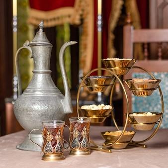 Arabische theepot glas en noten pot close-up