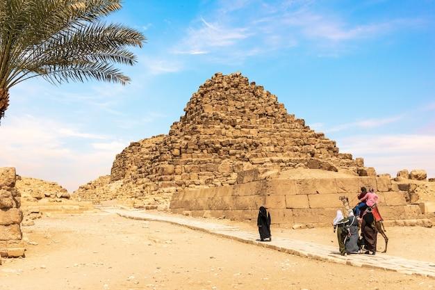 Arabische toeristen in de buurt van een van de piramides van gizeh, egypte.