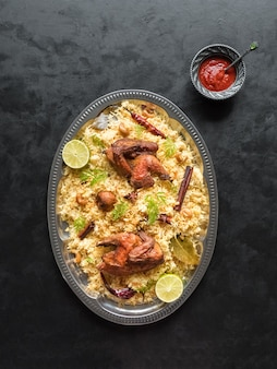 Arabische traditionele voedselschalen kabsa met vlees