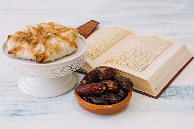 Arabische voedselsamenstelling voor ramadan met koran