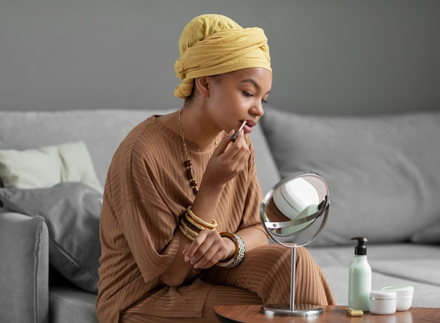 Arabische vrouw die lippenstift gebruikt. schoonheidsbehandeling