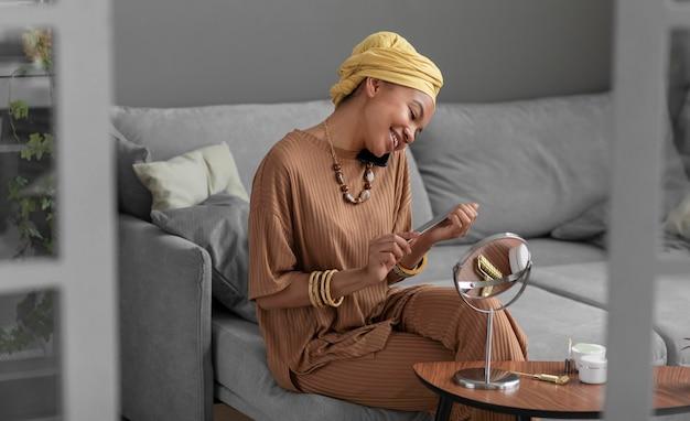 Arabische vrouw die nagels vijlt. schoonheidsbehandeling