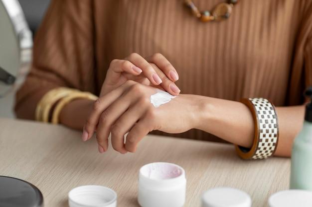 Arabische vrouw die room in haar handen toepast. schoonheidsbehandeling