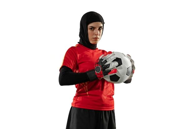 Arabische vrouwelijke doelman op witte studiomuur