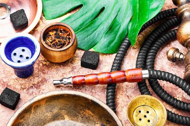 Arabische waterpijp roken
