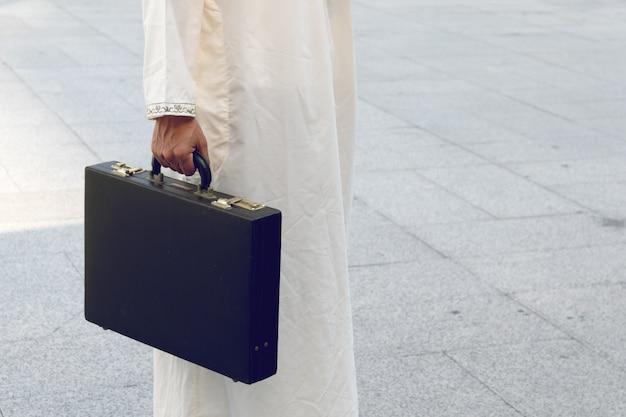 Arabische zak van de zakenmanholding succesvol, goed gevoel