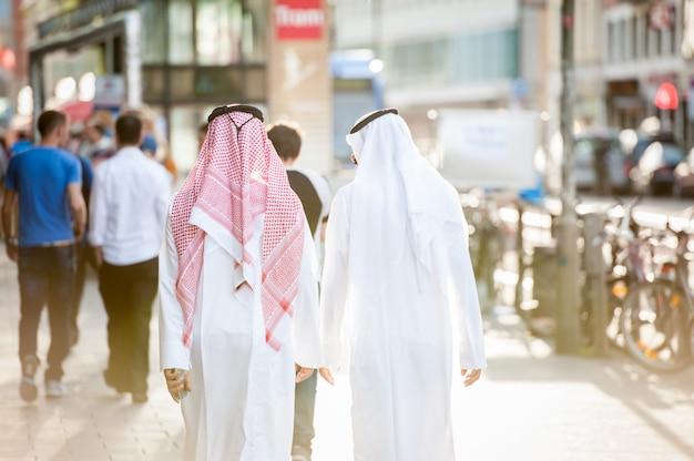 Arabische zakenlieden die op de straat lopen