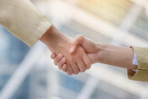 Arabische zakenlieden schudden elkaar de hand en accepteren zakelijke deals voor teamwork