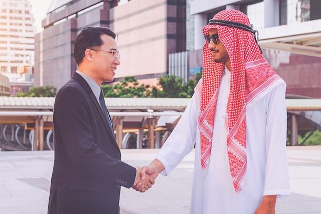 Arabische zakenman die een handdruk geeft aan zijn partner, op bouwwerf