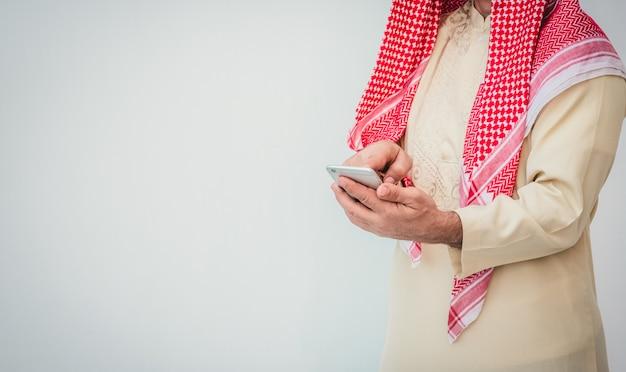 Arabische zakenman die op een mobiele telefoon gebruikt