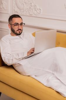 Arabische zakenman die op laptopcomputer thuis werkt