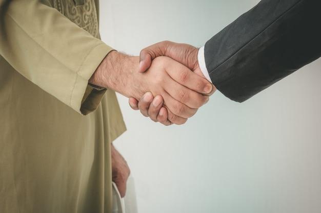 Arabische zakenman en zakenman werknemer handshaking