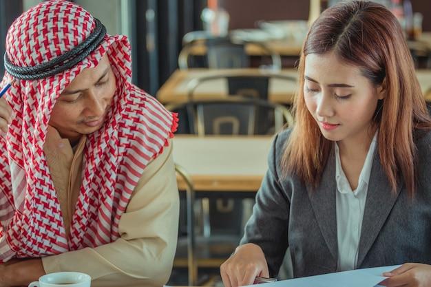 Arabische zakenmensen in een bijeenkomst in coffeeshop