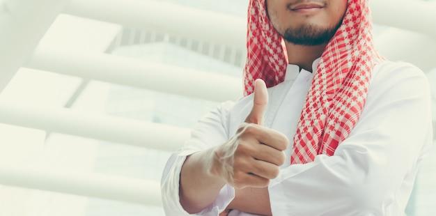 Arabische zakenmensen tonen duim omhoog omdat de opdracht succesvol was.